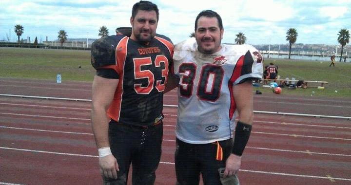 Juan Pablo (izquierda) y Juan Pedro tras un duelo entre Coyotes y Black Demons