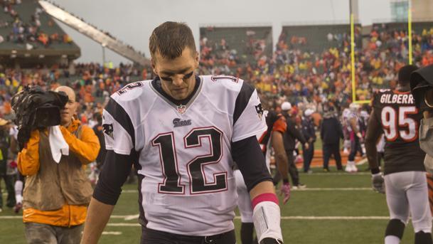 Tom Brady abandona el campo cabizbajo (Boston.com)