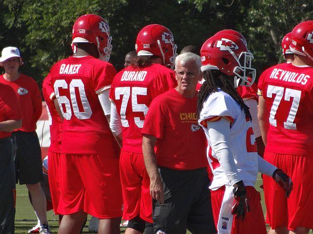 Bob Sutton trabajando con la defensa en el training camp veraniego (AP)