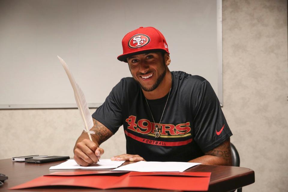 Colin Kapernick firma su nuevo acuerdo (49ers.com)