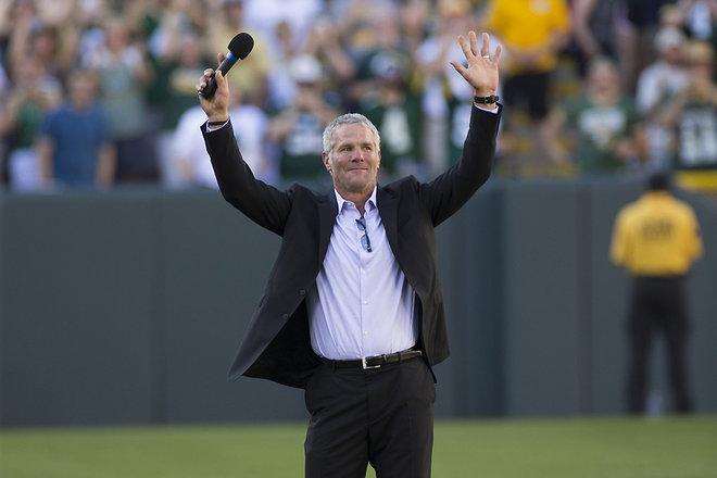 Brett Favre recibe la ovación del público (Wisconsin Journal)